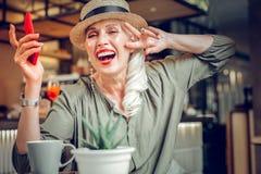 Услаженное хорошее смотрящ женщину показывая ее положительные эмоции стоковые фотографии rf