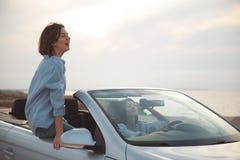 Услаженные девушки управляют автомобилем Стоковая Фотография RF