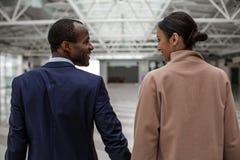 Услаженные мужчина и женщина стоят совместно на авиапорте Стоковое Изображение
