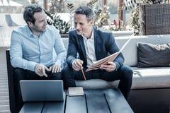Услаженные положительные бизнесмены работая совместно Стоковое фото RF
