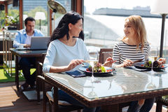 Услаженные положительные женщины говоря друг к другу Стоковая Фотография RF