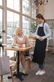 Услаженный кофе женщины выпивая в кафе Стоковая Фотография