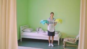Услуги горничной кровать в гостинице сток-видео