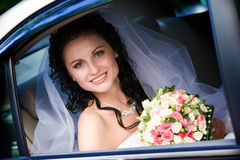 усмехаться автомобиля невесты сидя Стоковая Фотография