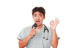 усмехаться азиатского доктора медицинский стоковое фото rf