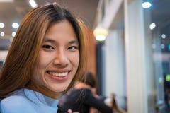 Усмехаться азиатской девушки сидя Стоковая Фотография RF