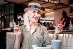 Усмехаться апеллирующ соломенная шляпа старухи нося на ее голове стоковые фотографии rf