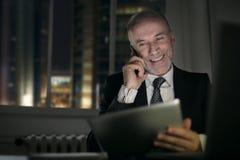 усмехаться бизнесмена стоковое фото