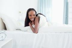 усмехаться вверх по просыпать женщина Стоковая Фотография