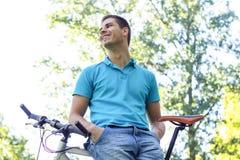 Усмехаться велосипедиста человека стоковое изображение rf