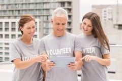 Усмехаться вызывается добровольцем использующ таблетку совместно стоковая фотография