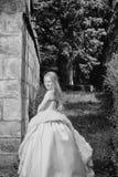 усмехаться девушки Девушка на suny день Малая девушка в белом платье внешнем Стоковое Изображение