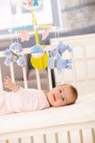 усмехаться девушки кровати младенца Стоковое Изображение