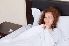 усмехаться девушки кровати Стоковое фото RF