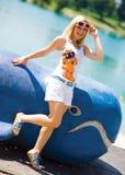 усмехаться девушки пляжа предназначенный для подростков Стоковое Изображение