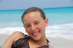 усмехаться девушки пляжа стоковое фото rf