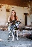 усмехаться девушки собаки стоковая фотография