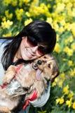 усмехаться девушки собаки Стоковое фото RF