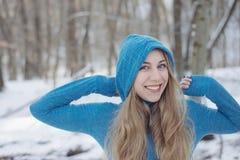 усмехаться девушки счастливый outdoors женщина голубого глаза Стоковые Фото