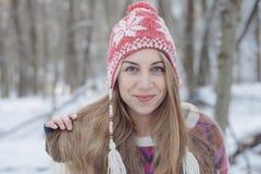 усмехаться девушки счастливый outdoors женщина голубого глаза Стоковые Изображения