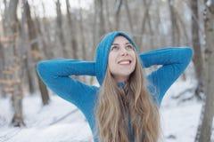 усмехаться девушки счастливый outdoors женщина голубого глаза Стоковое Изображение