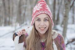 усмехаться девушки счастливый outdoors женщина голубого глаза Стоковая Фотография