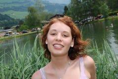 усмехаться девушки с волосами красный Стоковые Изображения