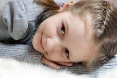 усмехаться девушки шерсти лежа Стоковые Изображения