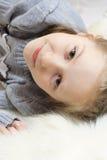 усмехаться девушки шерсти лежа Стоковые Изображения RF