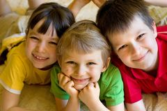 усмехаться детей стоковое фото