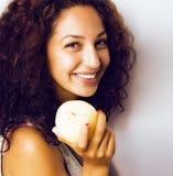 Усмехаться довольно молодого реального яблока еды девушки tenage близкий поднимающий вверх Стоковая Фотография