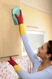 усмехаться дома девушки чистки Стоковая Фотография