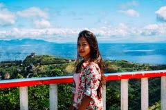 Усмехаться девушки естественного портрета красивый азиатский Азиатская женщина na górze горного пика Пеший туризм лета Стоковая Фотография RF