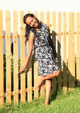 усмехаться девушки загородки полагаясь Стоковые Фотографии RF