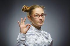 усмехаться девушки Портрет крупного плана красивое предназначенного для подростков в вскользь изоляте о'кей выставки рубашки на с Стоковое Изображение