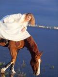 усмехаться езды лошади залива вечера невесты Стоковое Фото