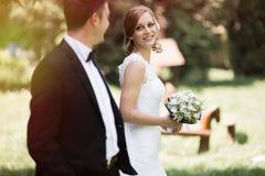 Усмехаться жениха и невеста внешний Стоковая Фотография RF