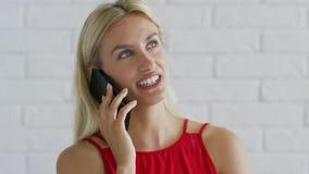 Усмехаться женский имеющ телефонный разговор видеоматериал