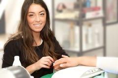 Усмехаться женщины Manicurist Стоковая Фотография