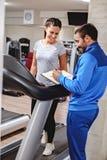 Усмехаться инструктора и девушки фитнеса Стоковые Фотографии RF
