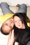 усмехаться комнаты пар живя ослабляя Стоковое фото RF