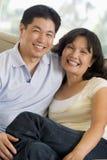 усмехаться комнаты пар живя ослабляя Стоковое Фото