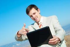 усмехаться компьтер-книжки бизнесмена Стоковые Изображения