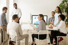 Усмехаться корпоративным работникам говоря о работе приводит к на команде m Стоковое Фото
