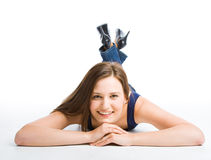 усмехаться красивейшей девушки пола лежа Стоковая Фотография