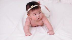 Усмехаться красивого маленького ребёнка азиатский сток-видео