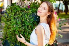 Усмехаться красивой молодой женщины внешний стоковое изображение