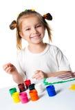 усмехаться ладоней девушки покрашенный краской Стоковое фото RF