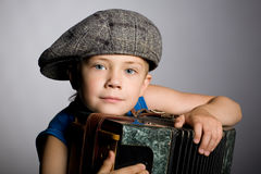 усмехаться мальчика аккордеони стоковое изображение