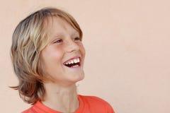 усмехаться мальчика счастливый смеясь над Стоковое Изображение
